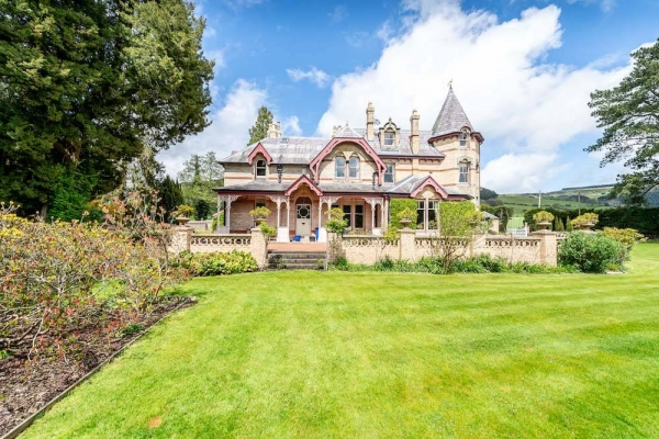 Spacious period home in stunning surrounds